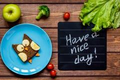 Το διαμορφωμένο κουκουβάγια σάντουιτς προγευμάτων παιδιών έχει μια συμπαθητική ημέρα Στοκ φωτογραφία με δικαίωμα ελεύθερης χρήσης