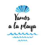 Το διανυσματικό θερινό απόσπασμα άφησε ` s να πάει στην παραλία Τυπωμένη ύλη με το θαλασσινό κοχύλι, κύματα Τίτλος στα ισπανικά ελεύθερη απεικόνιση δικαιώματος