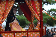 Το ιαπωνικό κορίτσι των λαρνάκων κοιτάζει έξω από τη μεταφορά της στο φεστιβάλ πομπής Saigu στο Κιότο Στοκ Φωτογραφίες