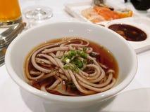 Το ιαπωνικό ύφος τροφίμων, τοπ άποψη κατεψυγμένος τα νουντλς ψεκασμένα στοκ φωτογραφίες