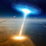 Το διαστημόπλοιο αλλοδαπών χτυπά τη μεγάλη πόλη κοντά στη θάλασσα, εισβολή αλλοδαπών, missil Στοκ φωτογραφία με δικαίωμα ελεύθερης χρήσης