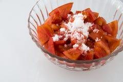 Το διαφανές πιάτο γυαλιού, αποτελείται από την άσπρη ζάχαρη στις ντομάτες Στοκ εικόνες με δικαίωμα ελεύθερης χρήσης