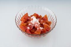 Το διαφανές πιάτο γυαλιού, αποτελείται από την άσπρη ζάχαρη στις ντομάτες Στοκ Εικόνες