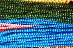 Το διαφορετικό χρώμα διακοσμεί το υπόβαθρο με χάντρες στοκ φωτογραφία