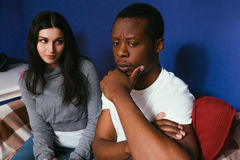 Το διαφυλετικοί ζεύγος, ο άνδρας και η γυναίκα σκέφτονται το μέλλον Στοκ Εικόνες