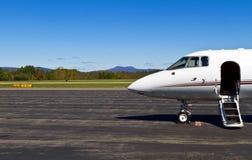 Το ιδιωτικό αεριωθούμενο αεροπλάνο σας αναμένει Στοκ φωτογραφία με δικαίωμα ελεύθερης χρήσης