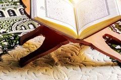 Το ιερό βιβλίο Ισλάμ μουσουλμάνων, το Quran, τοποθετείται ξύλινο sta στοκ φωτογραφίες με δικαίωμα ελεύθερης χρήσης