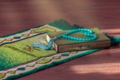 Το ιερό βιβλίο Quran και rosary Αραβικά γράφονται - μετάφραση - αποκαλούμενη Quran στοκ φωτογραφία με δικαίωμα ελεύθερης χρήσης