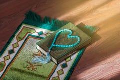 Το ιερό βιβλίο Quran και rosary Αραβικά γράφονται - μετάφραση - αποκαλούμενη Quran στοκ εικόνα με δικαίωμα ελεύθερης χρήσης