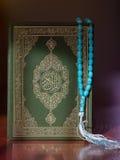 Το ιερό βιβλίο Quran και rosary Αραβικά γράφονται - μετάφραση - αποκαλούμενη Quran στοκ εικόνες με δικαίωμα ελεύθερης χρήσης