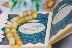 Το ιερό βιβλίο Quran και rosary Αραβική γραπτή χαιρετισμός προσευχή έκκλησης στοκ φωτογραφία