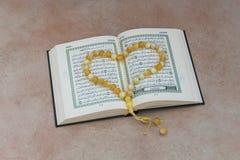 Το ιερό βιβλίο Quran και rosary Αραβική γραπτή χαιρετισμός προσευχή έκκλησης στοκ φωτογραφίες
