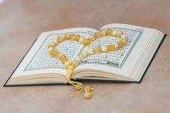 Το ιερό βιβλίο Quran και rosary Αραβική γραπτή χαιρετισμός προσευχή έκκλησης στοκ εικόνες με δικαίωμα ελεύθερης χρήσης