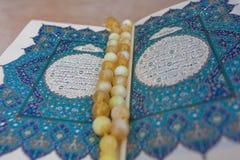 Το ιερό βιβλίο Quran και rosary Αραβική γραπτή χαιρετισμός προσευχή έκκλησης στοκ εικόνες