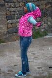 Το ινδικό κορίτσι από το Δελχί απολαμβάνει το χιόνι στα βουνά στοκ εικόνα με δικαίωμα ελεύθερης χρήσης