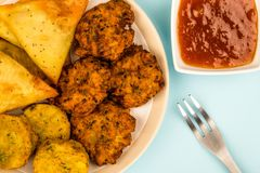 Το ινδικό ύφος τροφίμων τσιμπά χορτοφάγο Tikka χορτοφάγο Samosa Onio Στοκ Εικόνα