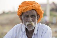 Το ινδικό άτομο πορτρέτου παρευρέθηκε στην ετήσια καμήλα Mela Pushkar Ινδία στοκ εικόνα