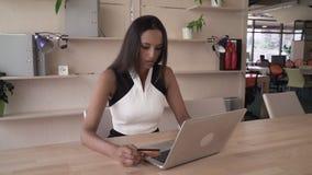 Το ινδικό θηλυκό αγοράζει on-line στο σύγχρονο γραφείο απόθεμα βίντεο