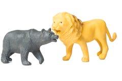 Το λιοντάρι παιχνιδιών και το παιχνίδι του Μαύρου αντέχουν Στοκ φωτογραφία με δικαίωμα ελεύθερης χρήσης
