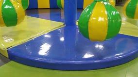 Το ιπποδρόμιο περιστρέφεται στο κέντρο διασκέδασης των παιδιών φιλμ μικρού μήκους