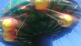 Το ιπποδρόμιο chairoplane στο φεστιβάλ funfair στο πάρκο απόθεμα βίντεο