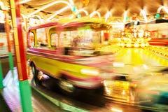 Το ιπποδρόμιο των παιδιών στην κίνηση, θολωμένη φωτογραφία, ανάβει τή νύχτα Στοκ εικόνες με δικαίωμα ελεύθερης χρήσης