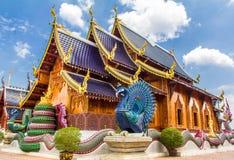 Το διπλό peacock που φρουρεί τη βουδιστική εκκλησία, κρησφύγετο Sally απαγόρευσης βλέπει το μ Στοκ Φωτογραφίες