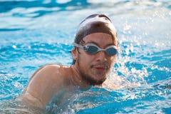Το ισπανικό άτομο κολυμπά στη λίμνη Στοκ Εικόνα