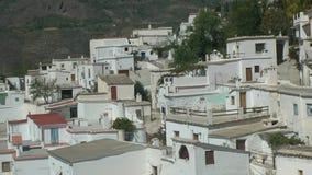 Το ισπανικό χωριό υψηλών βουνών χρωμάτισε το λευκό απόθεμα βίντεο