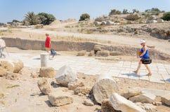 Το ΙΣΡΑΗΛ - 30 Ιουλίου, - τουρίστες πρόκειται να απελευθερωθεί στο πάρκο Καισάρεια, Ισραήλ, στήλες, ελληνικά, Βυζαντινός, το 2015 στοκ εικόνα
