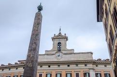 Το ιστορικό αρχιτεκτονικό κτήριο με τα παράθυρα με έναν πύργο κουδουνιών και έναν σταυρό στη στέγη στο διοικητικό κτήριο στη Ρώμη Στοκ φωτογραφίες με δικαίωμα ελεύθερης χρήσης