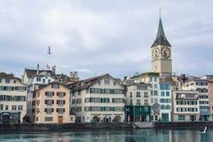 Το ιστορικό κέντρο πόλεων της Ζυρίχης με τον πύργο ρολογιών Στοκ Εικόνα