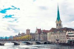 Το ιστορικό κέντρο πόλεων της Ζυρίχης με το διάσημα fraumunster και seagulls Στοκ Εικόνα