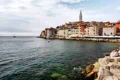 Το ιστορικό μέρος Rovinj στην Κροατία με την εκκλησία Αγίου Euphemia και της θάλασσας Στοκ εικόνες με δικαίωμα ελεύθερης χρήσης