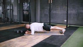 Το ισχυρό άτομο κάνει τα πριόνια σανίδων, στη γυμναστική απόθεμα βίντεο