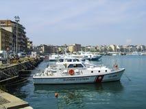 Το ιταλικό σκάφος partol ακτοφυλακών στην άγκυρα στο λιμάνι Anzio, νότος της Ρώμης, Ιταλία στοκ εικόνες
