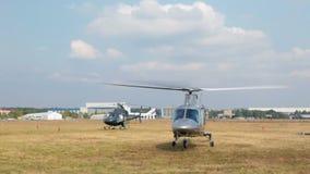 Το ιταλικό μεγάλο ελικόπτερο Agusta A109S απογειώνεται από τον τομέα φιλμ μικρού μήκους