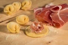 Το ιταλικό σπιτικό tortellini, ανοικτός και κλειστός, γέμισε με το τυρί ricotta και το crudo prosciutto Στοκ φωτογραφία με δικαίωμα ελεύθερης χρήσης