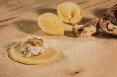 Το ιταλικό σπιτικό tortellini, ανοικτός και κλειστός, γέμισε με το τυρί ricotta και τα ξύλα καρυδιάς Στοκ φωτογραφία με δικαίωμα ελεύθερης χρήσης