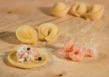 Το ιταλικό σπιτικό tortellini, ανοικτός και κλειστός, γέμισε με το τυρί ricotta, τις γαρίδες και το μαύρο πιπέρι Στοκ εικόνες με δικαίωμα ελεύθερης χρήσης