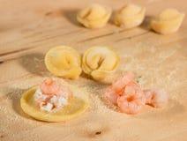 Το ιταλικό σπιτικό tortellini, ανοικτός και κλειστός, γέμισε με το τυρί ricotta και τις γαρίδες Στοκ εικόνες με δικαίωμα ελεύθερης χρήσης