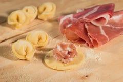 Το ιταλικό σπιτικό tortellini, ανοικτός και κλειστός, γέμισε με το τυρί ricotta και το crudo prosciutto Στοκ Φωτογραφίες