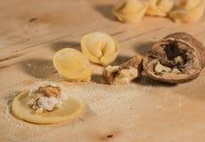 Το ιταλικό σπιτικό tortellini, ανοικτός και κλειστός, γέμισε με το τυρί ricotta και τα ξύλα καρυδιάς Στοκ φωτογραφίες με δικαίωμα ελεύθερης χρήσης
