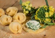 Το ιταλικό σπιτικό tortellini, ανοικτός και κλειστός, γέμισε με το τυρί ricotta και το φρέσκο μπρόκολο Στοκ Φωτογραφία
