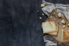 Το ιταλικό toscano pecorino σκληρών τυριών τεμάχισε και τεμάχισε στον ξύλινο πίνακα, τοπ άποψη Στοκ Φωτογραφία