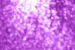 Το ιώδες πορφυρό ακτινοβολώντας φως Bokeh λάμπει, πορφυρός μεγάλος φωτεινός πολυτέλειας σπινθηρίσματος για τη διαφήμιση καλλυντικ στοκ εικόνα με δικαίωμα ελεύθερης χρήσης