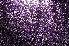 Το ιώδες πορφυρό ακτινοβολώντας φως Bokeh λάμπει, πορφυρός μεγάλος φωτεινός πολυτέλειας σπινθηρίσματος για τη διαφήμιση καλλυντικ στοκ εικόνα