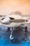 Το ιδιωτικό αεροπλάνο είναι στον αερολιμένα στον καιρό μη-πετάγματος Στοκ Εικόνες