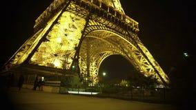 Το κάθετο τηγάνι του πύργου του Άιφελ, νύχτα στο Παρίσι, φώτισε λαμπρά την κατασκευή απόθεμα βίντεο