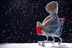Το κάρρο αγορών και teddy αντέχει την κούκλα που απομονώνεται Αγορές β Χριστουγέννων στοκ φωτογραφίες